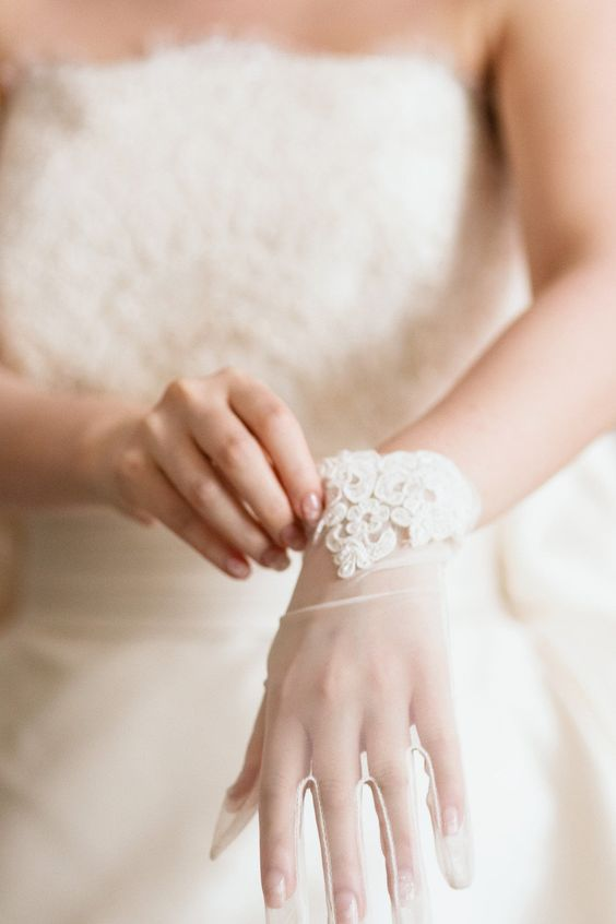 white tulle wedding gloves accented with lace look chic, romantic and refined, they will bring a cool fele to your look
