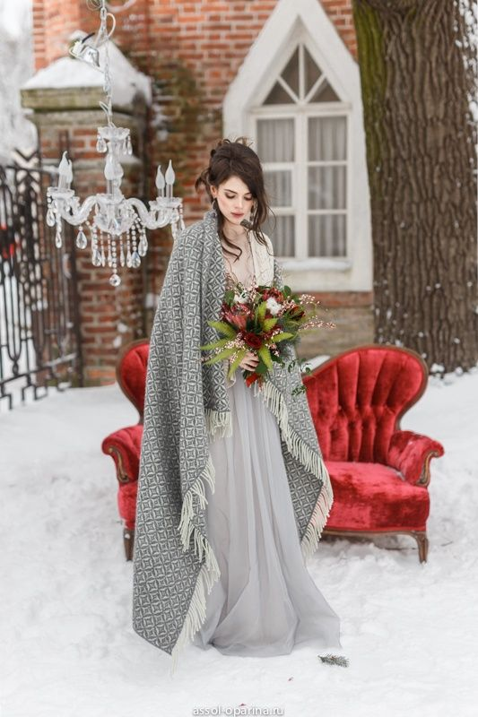 a grey winter bridal look with a romantic dress with an A-line skirt, an embellished bodice and a fringe coverup