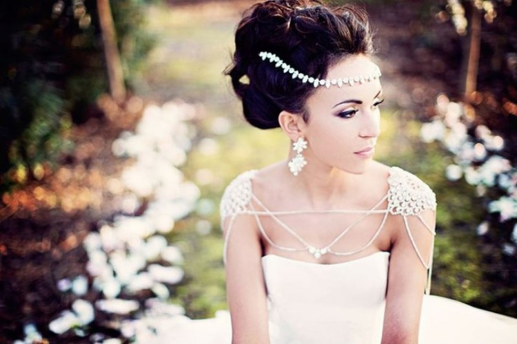 refined shoulder jewelry plus a matching headpiece and statement earrings make a romantic and chic look