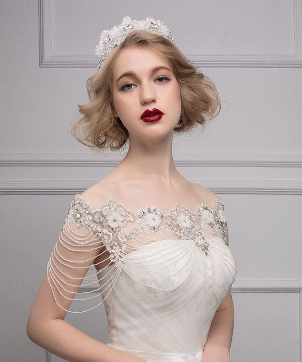 a vintage bride's look is easily achievable thanks to nice shoulder jewelry