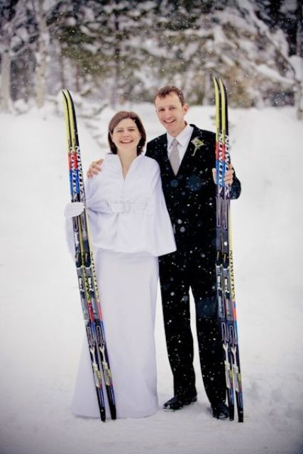 take your wedding portraits with skis to embrace the location and have unusual pics
