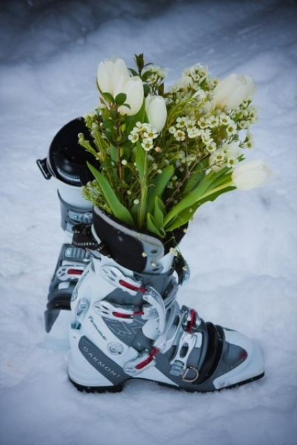ski boots with blooms and greenery as a ski resort venue decoration - make them yourself fast and easily