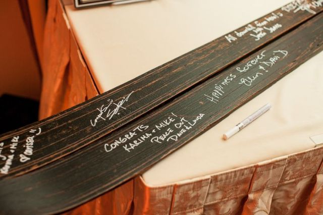 use skis as a guest book for your ski resort wedding, this is an easy and very location-embracing idea