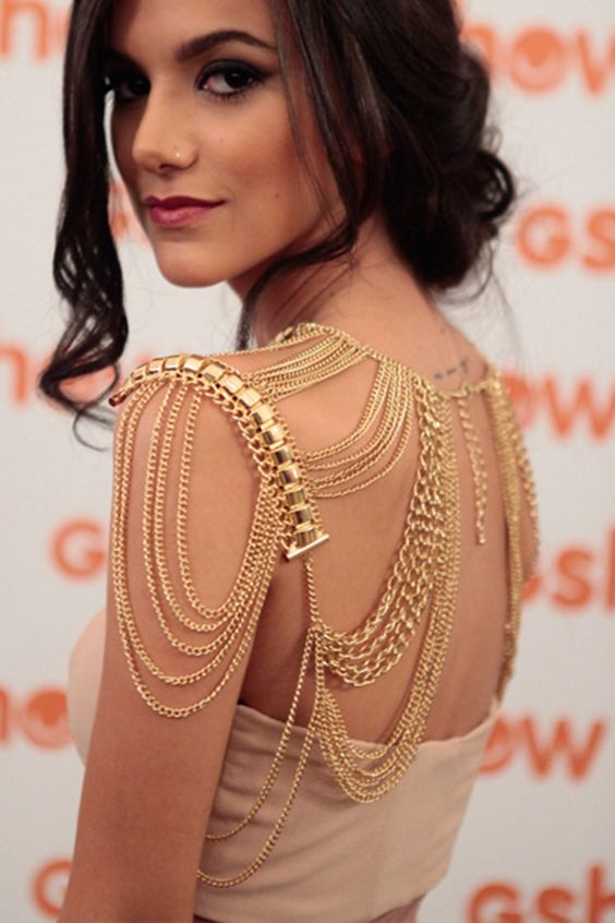gold chain shoulder jewelry with a statement element is a chic and modern glam idea to try
