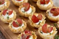 mini cups with whipped goat cheese, grapes and thyme are a delicious and very refined wedding appetizer idea not only for Valentine's Day