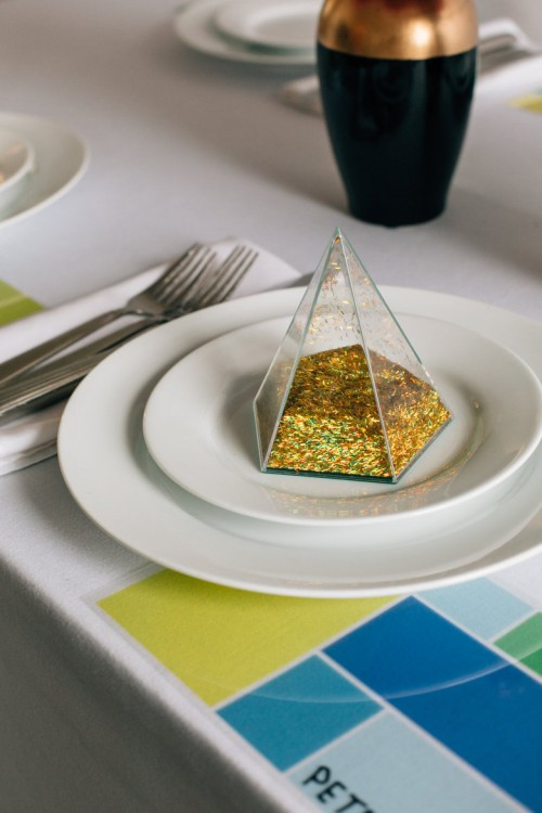 DIY Modern Geometric Place Cards With Glitter Inside (via weddingomania)