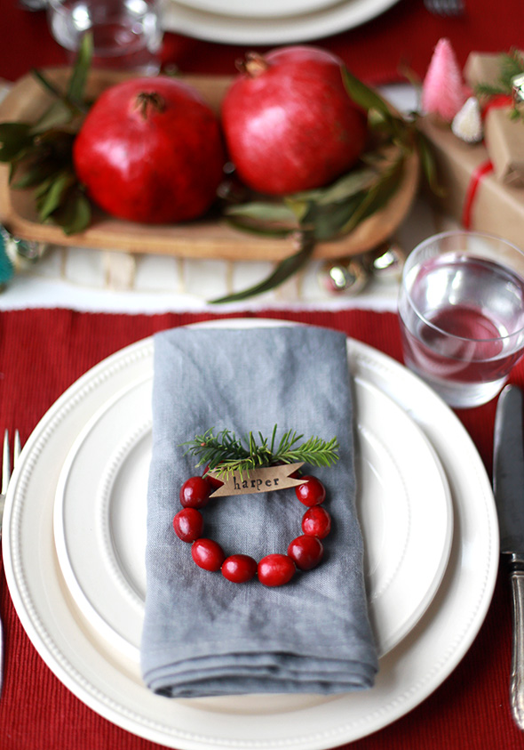DIY Winter Mini Cranberry Wreath Place Cards (via sayyes)