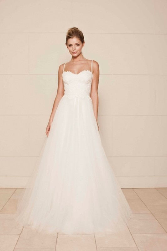 a romantic A-line wedding dress with an applique bodice with spaghetti straps, a full tulle skirt looks very refined and very chic