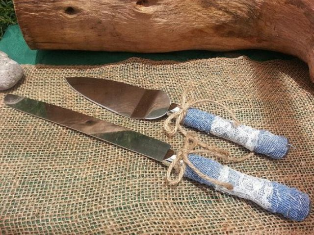 wedding cutlery with denim wrapping and twine is a cool idea for cowboy or rustic wedding