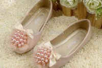 pink flats with silk bows and pink pearls will add a girlish and very chic touch to the look