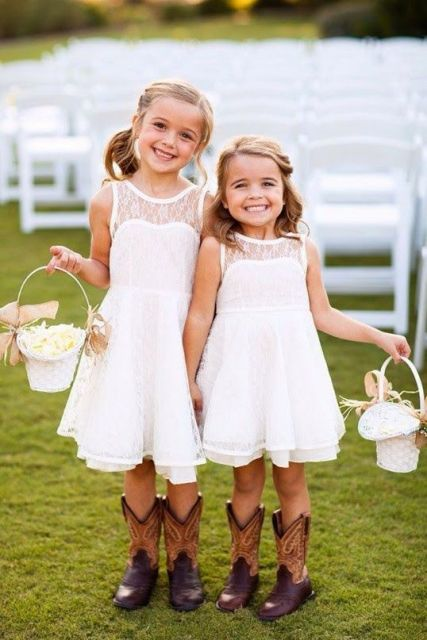 whiet baskets with burlap bows and hay is a cool rustic idea