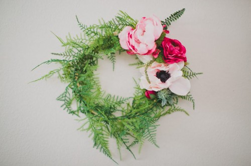 DIY Silk Flower Wreath For Wedding Backdrops (via weddingomania)