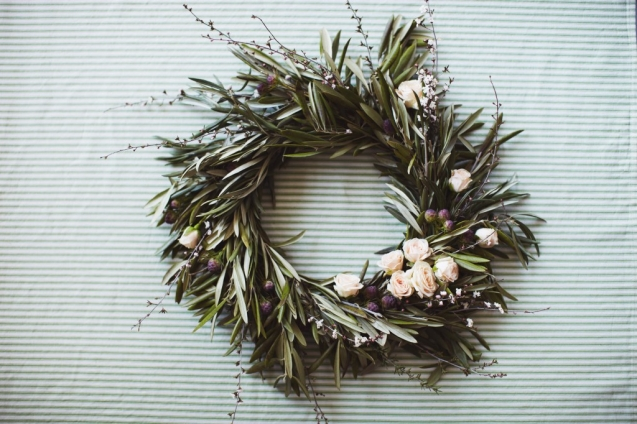 DIY romantic wreath (via anorthwoodswedding)