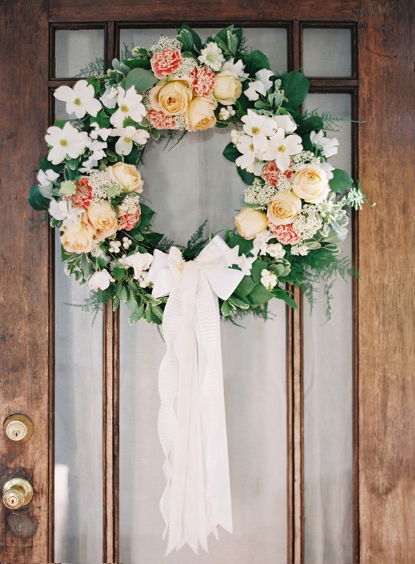 DIY Wedding Door Wreath (via oncewed)