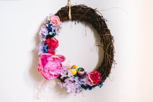 Simple DIY Spring Wreath For Wedding Decor (via weddingomania)