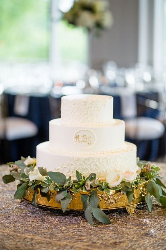 a chic wedding cake with sleek and patterned tiers, with gold monograms is a great idea for a modern and refined wedding