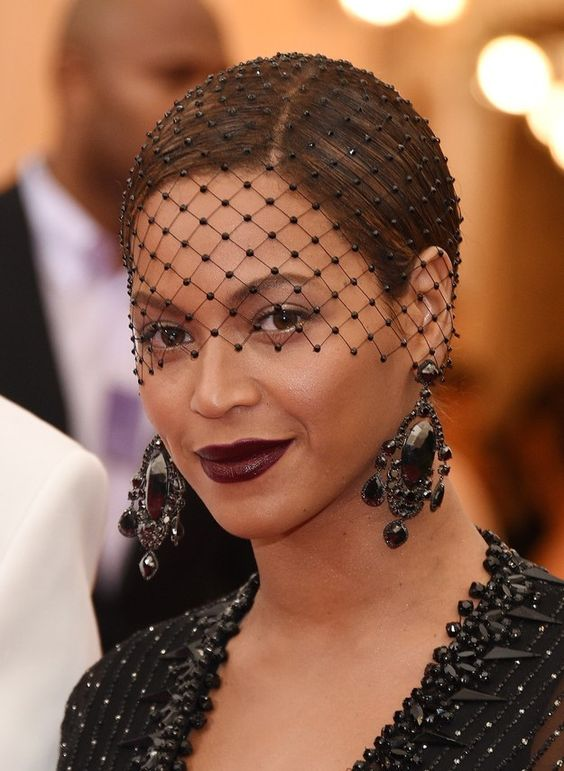 a crystal birdcage veil in black is a lovely idea for a Halloween bride