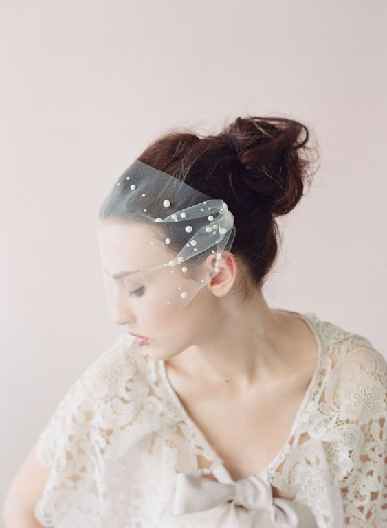 a mini veil with oversized pearls is a refined and modern accessory for a romantic bride