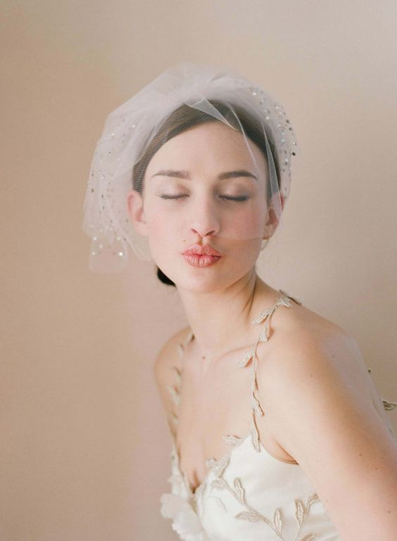a sparkling mini veil with pleating is a romantic and very glam idea for a modern glam bride