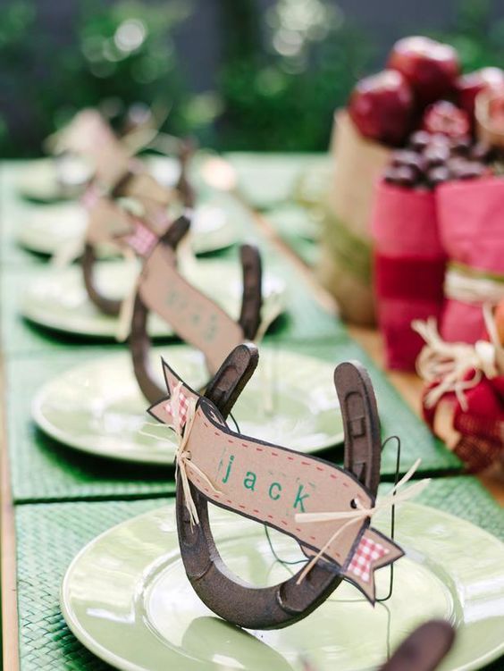 card holders made of horseshoes and cards are a simple and cute rustic wedding decor idea