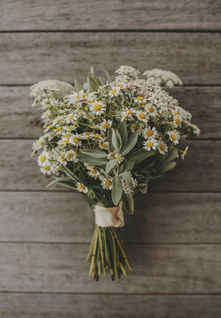 Romantic Ideas To Incorporate Chamomile Daisies Into Your Wedding