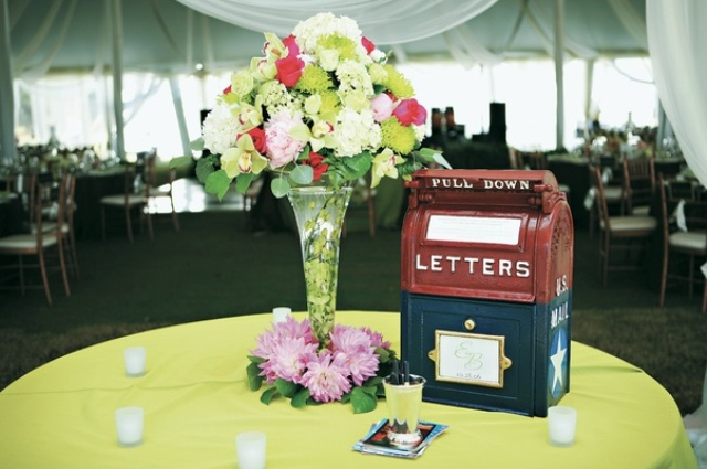 a vintage two tone metal mailbox for letters and wishes from your guests is a timeless idea