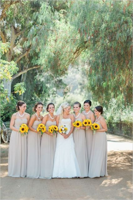 bright sunflower wedding bouquets to refresh and brighten up simple and pastel wedding outfits