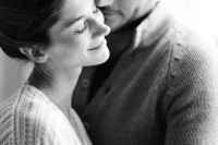 naturally-beautiful-and-intimate-engagement-photos-at-home-14