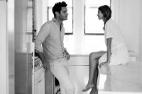 naturally-beautiful-and-intimate-engagement-photos-at-home-3