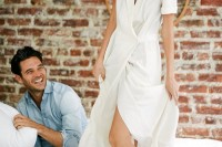 naturally-beautiful-and-intimate-engagement-photos-at-home-8