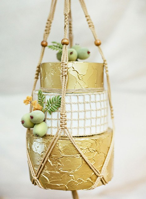 Hanging wedding cake holder