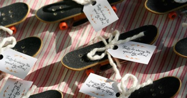 Little skateboards as wedding favors