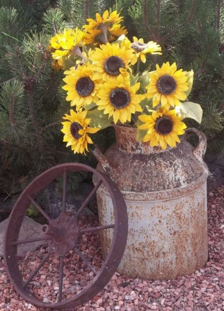Wagon wheel decor idea for country weddings