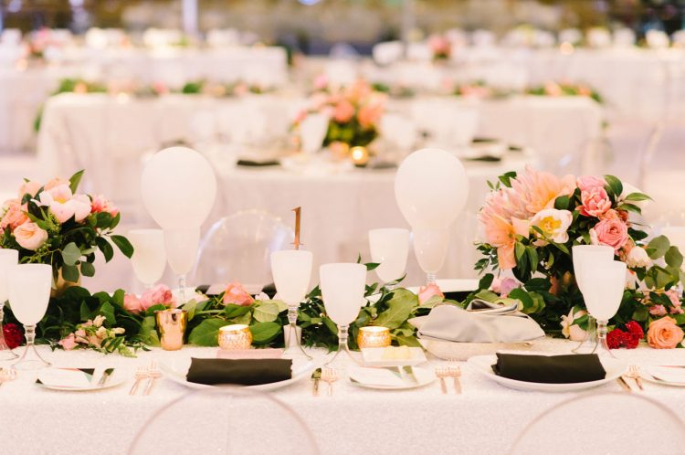 The reception was done in modern style, in black and white with just additions of gold glitter
