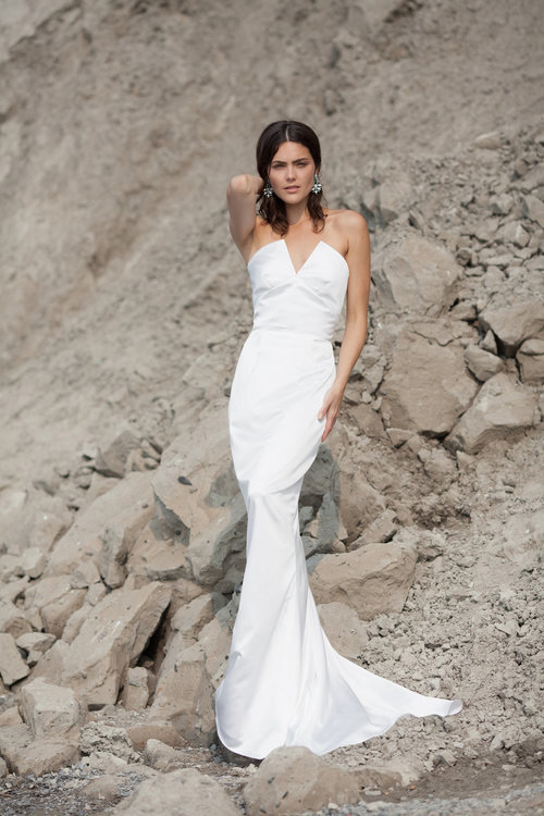 Stand Out Rocking This Plunging Neckline Mermaid Wedding Dress And Look Laconic Y