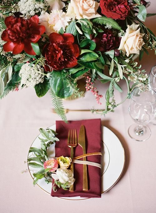 glam table decor with burgundy and gold details