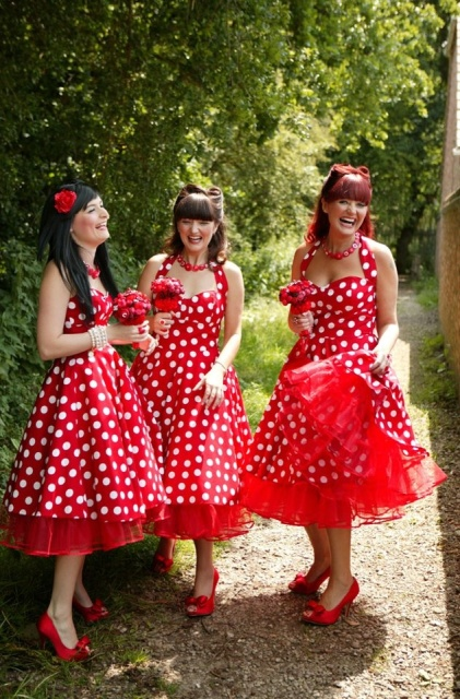 All red looks of bridesmaids with polka dot dresses