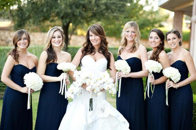 Bridesmaid looks with navy blue strapless dresses and white bouquets