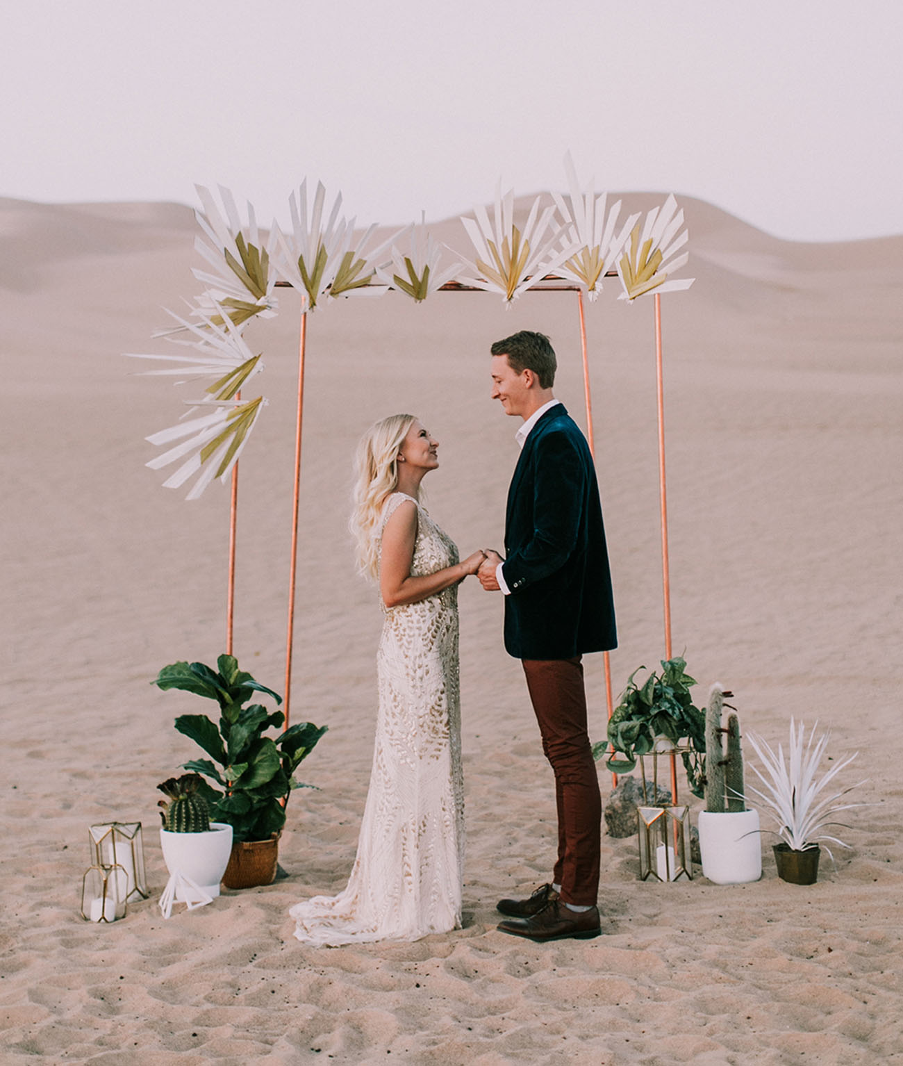 this modern geometric wedding shoot took place in the sand dunes