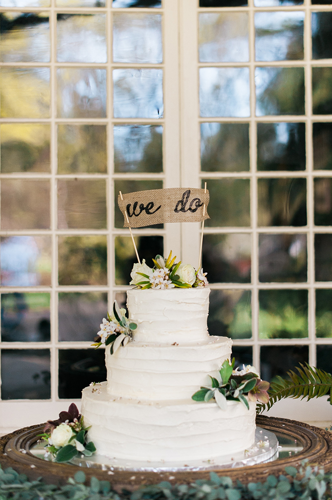 The wedding cake also had a burlap touch