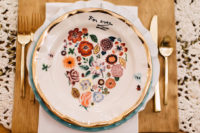 09 These floral dishes bring a boho and vintage touch