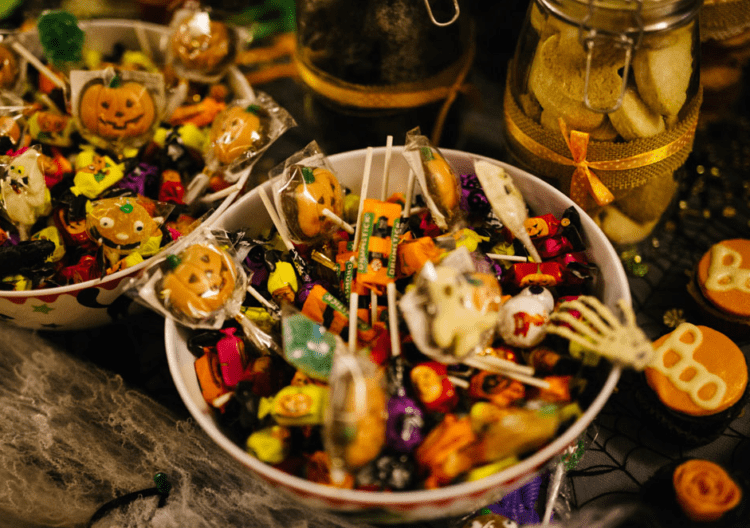 Halloween-inspired toys as wedding favors is a very budget-friendly idea
