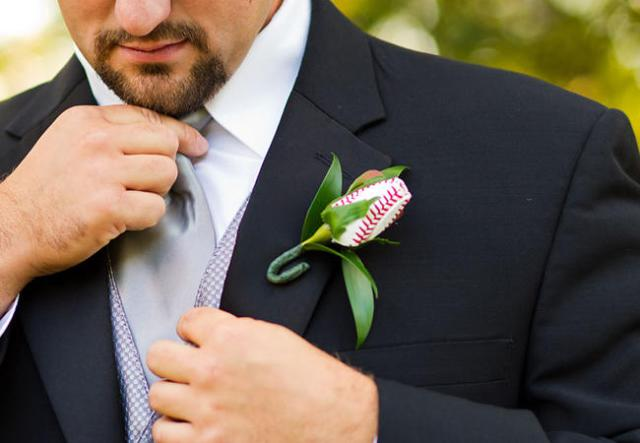 Creative groom and groomsmen boutonniere idea