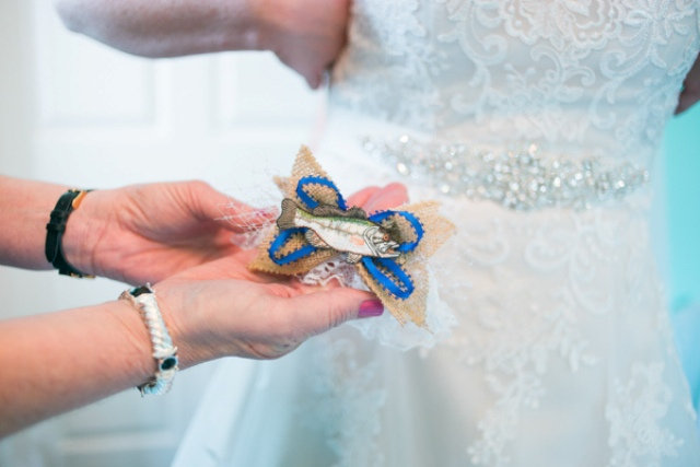 Fish-inspired garter is a fun idea to show that your groom loves finishing