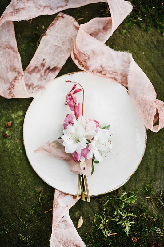 Pretty florals and dusty pink ribbon blend in a perfect way and make the wedding shoot delicate