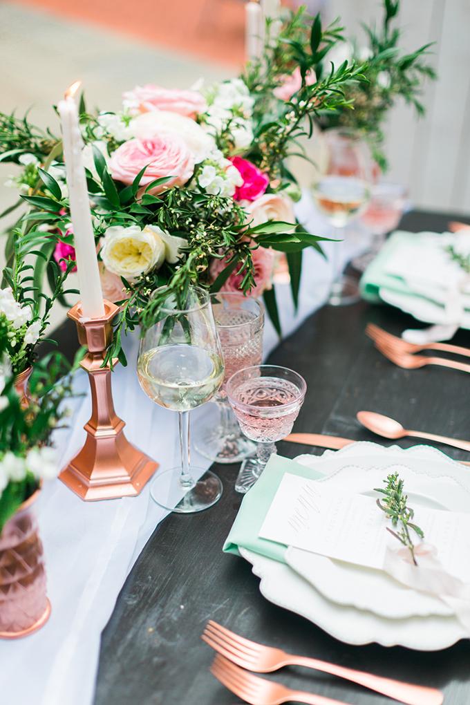 The table setting is done in rose gold and fresh mint, there is a lot of greenery, blush and fuchsia flowers