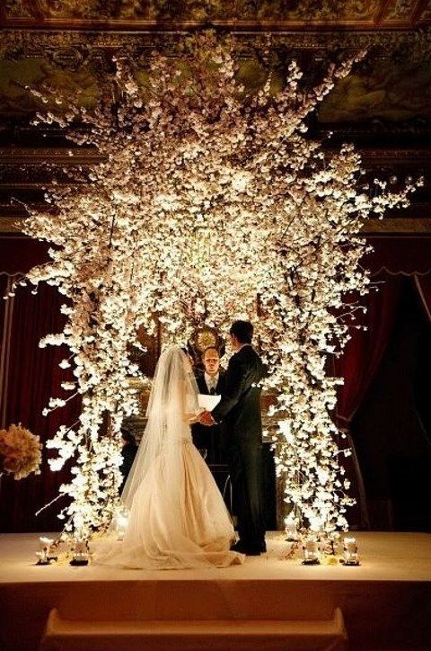 30 winter wedding arches and altars to get inspired for Altar wedding decoration