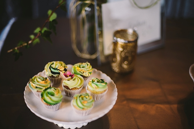 The colors of the cupcakes remind that it's a forest wedding