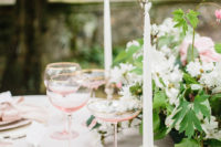 10 Such decor can suit any garden wedding, subtle and elegant