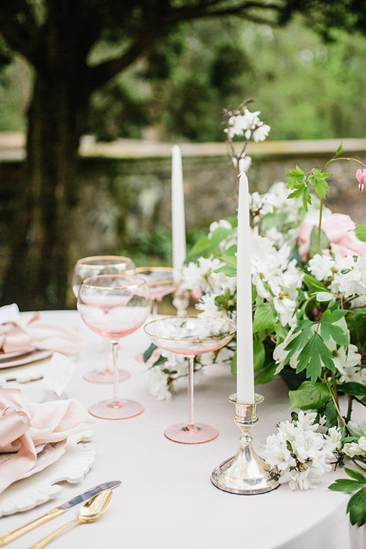 Such decor can suit any garden wedding, subtle and elegant